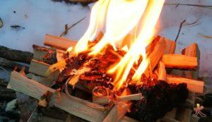 feu sur la neige yakasurvie combustion par le haut