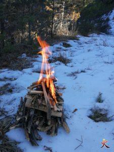 yakasurvie feu foyer combustion par le bas feu sur la neige