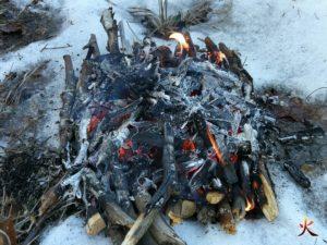 yakasurvie-yakasurvie feu foyer combustion par le bas fin du feu sur la neige